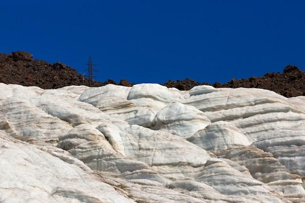 Lodowiec na zboczu góry elbrus na północnym kaukazie w rosji.