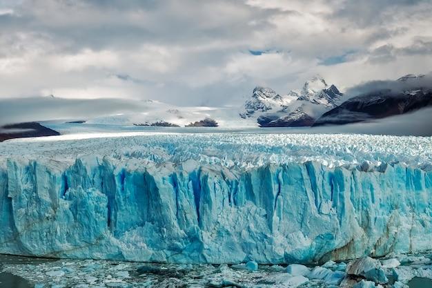 Lodowiec perito moreno. jesień w parku narodowym los glaciares. el calafate. prowincja santa cruz. andy argentyna