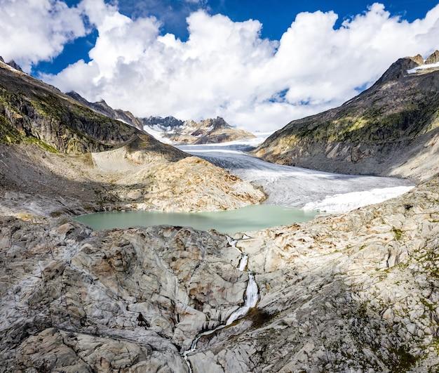 Lodowiec rodanu, źródło rzeki rodan na przełęczy furka w alpach szwajcarskich