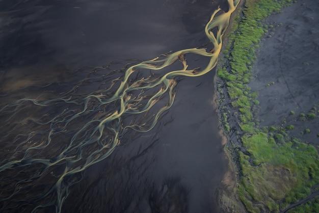 Lodowiec rzeki w islandii z góry
