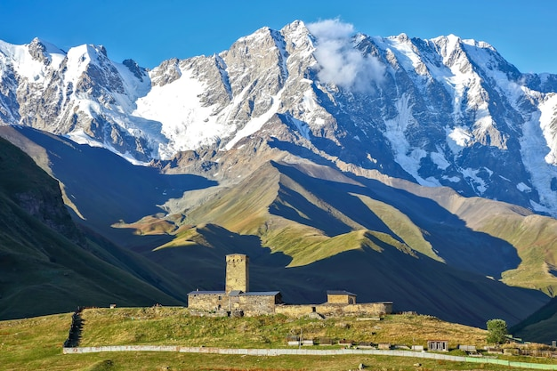 Lodowiec w paśmie górskim kaukazu w gruzji. krajobraz górski