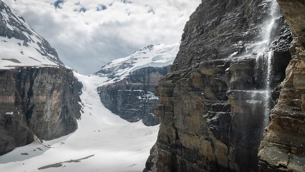 Lodowiec z wodospadami, w okolicy lake louise, park narodowy banff, alberta, kanada
