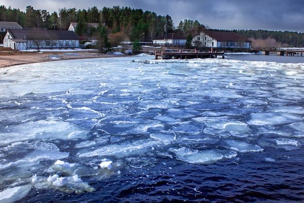 Lodowy dryf na jeziorze wiosenne topnienie lodu