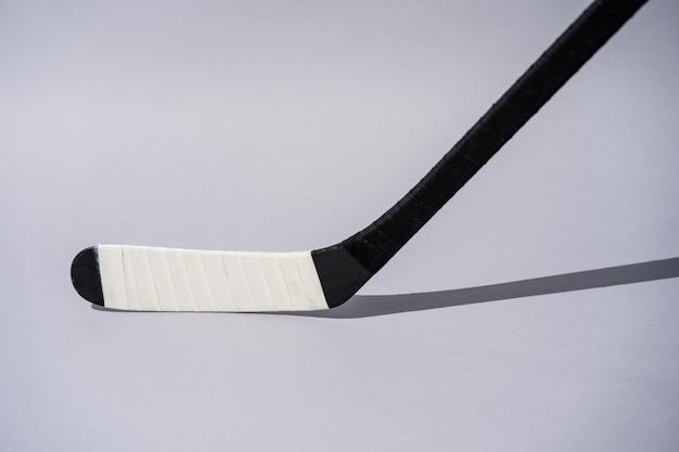 Lodowy hokejowy kij na odosobnionym białym tle