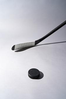 Lodowy hokejowy krążek hokojowy i hokejowy kij na odosobnionym białym tle, kopii przestrzeń.