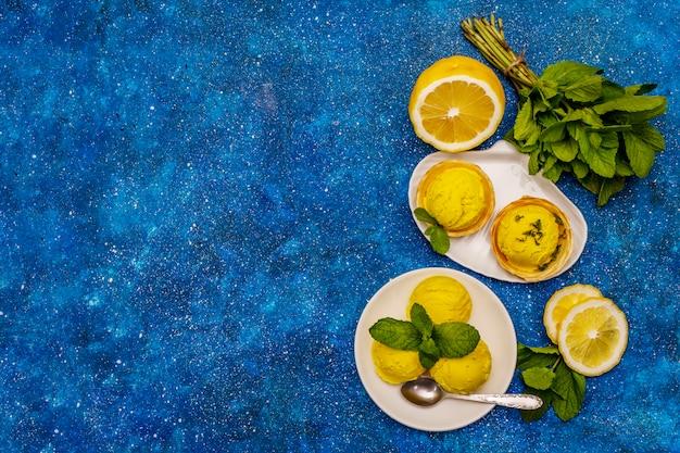 Lody cytrynowe z miętą na talerzu