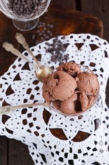Lody czekoladowe w miskach do lodów. lato słodki deser.