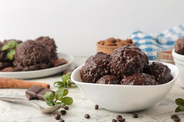 Lody czekoladowe z płynną czekoladą i laskami cynamonu.