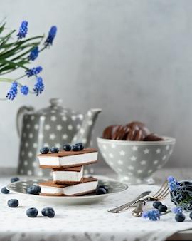 Lody kanapkowe z ciasteczkami czekoladowymi. stos złożonych lodów z jagodami