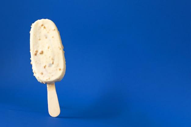 Lody lody na patyku popsicle czekolada orzech słodki deser ekologiczna zdrowa zdrowa żywność