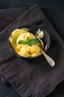 Lody o smaku mango