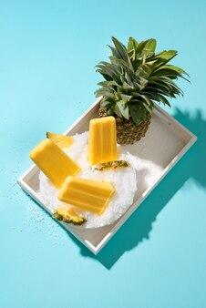 Lody owocowe ananasowe na patyku.