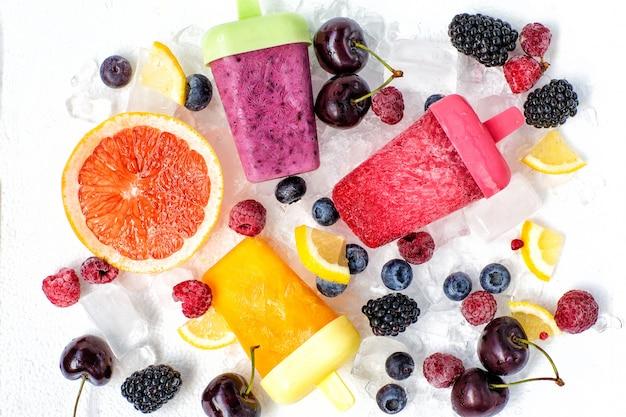 Lody owocowe z owocami i lodem