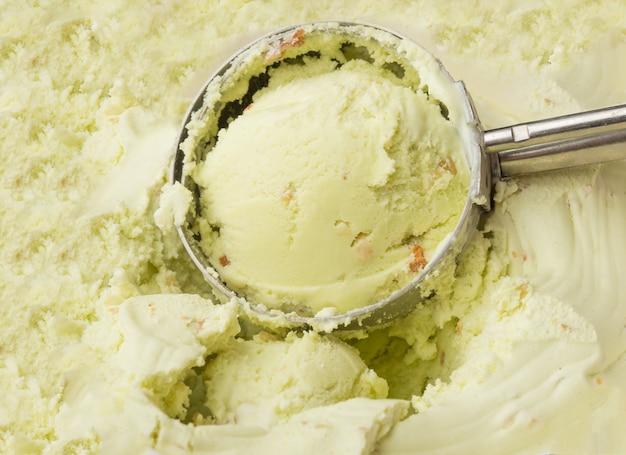 Lody pistacjowe wykute z pojemnika z naczyniami