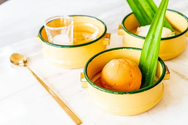 Lody tajskiej herbaty mlecznej z lepkim ryżem i polewą