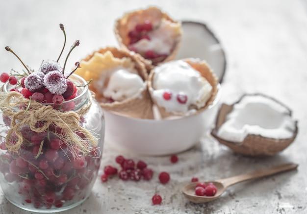 Lody w rożkach waflowych i jagody
