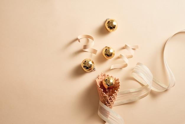 Lody w rożku waflowym ze wstążką i dekoracją w kształcie kulek