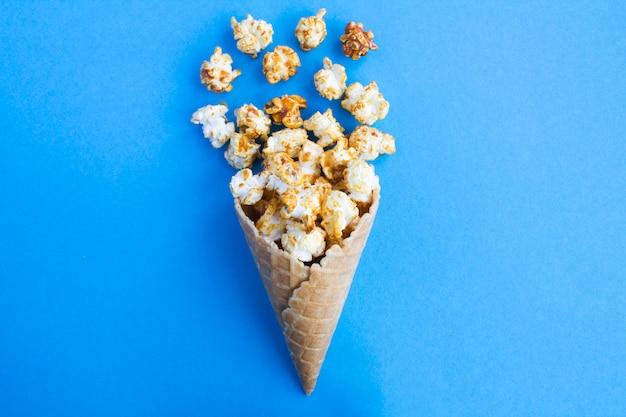 Lody w rożku z karmelowym popcornem