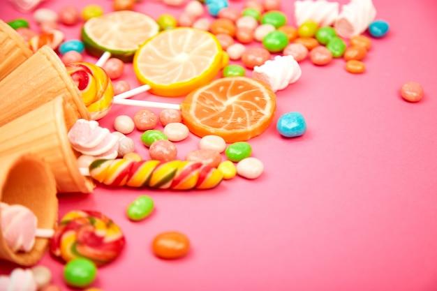 Lody waflowe rożki z kolorowymi cukierkami
