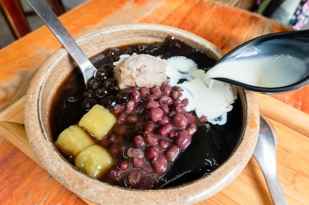 Lody z czarnej herbaty ziołowej mesona z fasolą adzuki, kulkami taro i pastą z pochrzynu na tajwanie