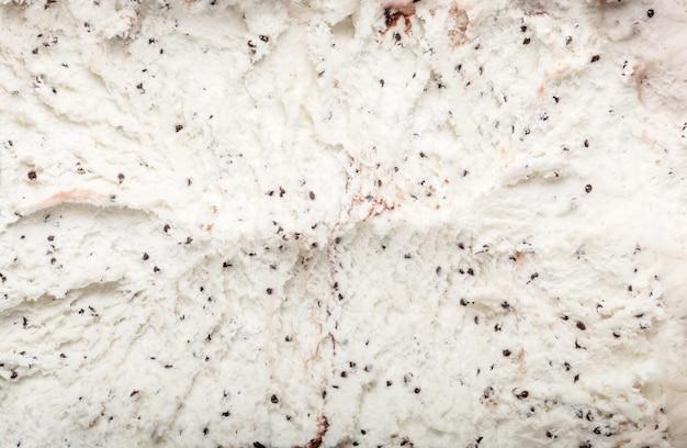 Lody z czekoladowymi i kremowymi ciasteczkami kanapkowymi. deser lodowy na betonie.