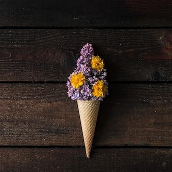 Lody z fioletowym bzem na drewnianej ścianie. leżał na płasko. koncepcja lato.