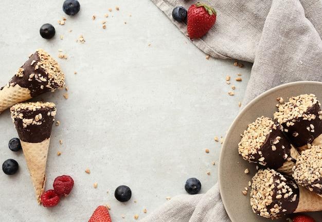 Lody z migdałami, jagodami i czekoladą