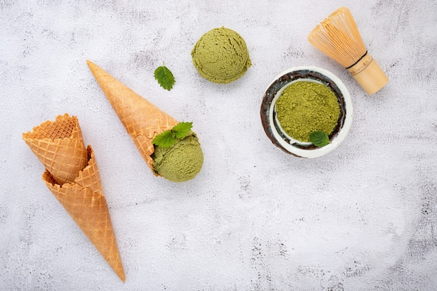 Lody z zielonej herbaty matcha z rożkami waflowymi