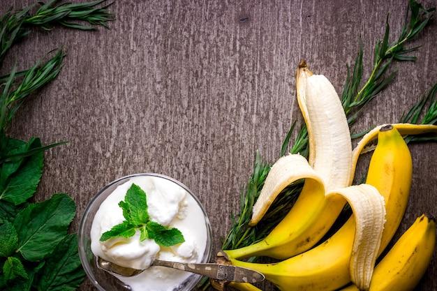 Lody ze świeżym bananem i miętą na drewnianym stole