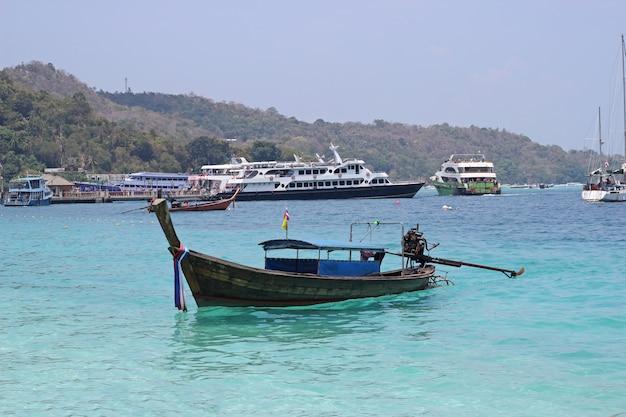 Łódź dla małych i dużych turystów pływających w morzu wokół obszaru koh pp, krabi. tajlandia.