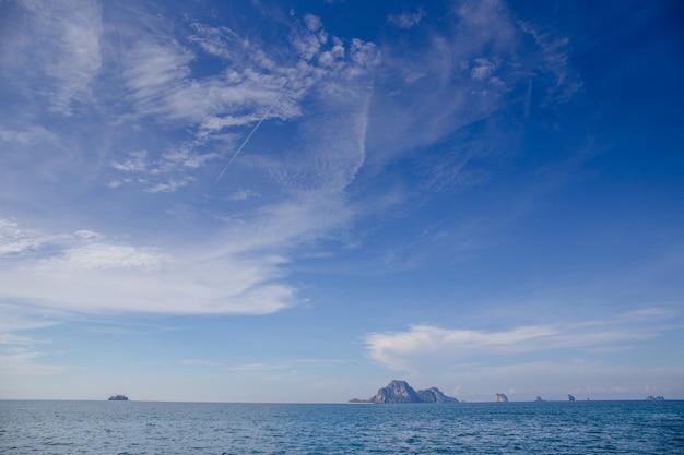 Łódź i niebieskie niebo z morzem