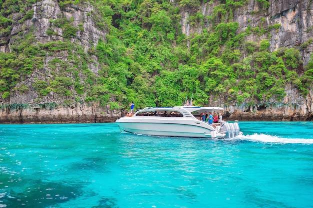 Łódź motorowa na morzu andamańskim, wyspa phi phi w krabi, tajlandia.