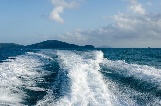 Łódź motorowa ocean waves