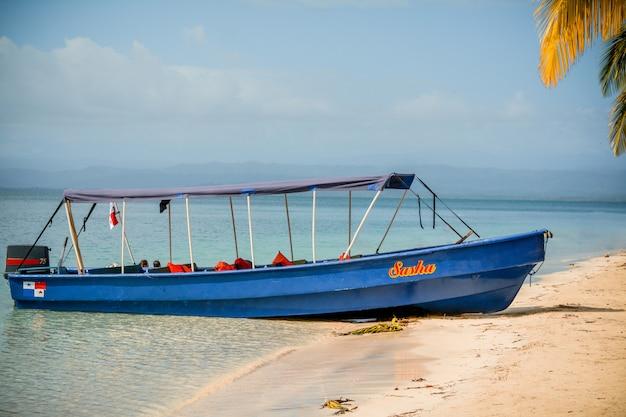 Łódź na brzegu plaży, bocas del toro, panama.