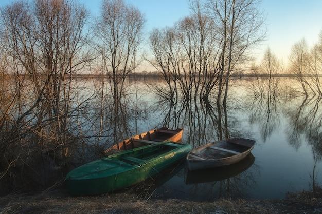 Łódź na brzegu rzeki