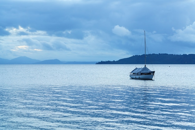 Łódź na jeziorze taupo o zmierzchu, wyspa północna nowej zelandii