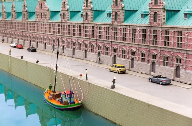 Łódź na molo na rzece miasta, miniaturowa scena plenerowa, europa. mini figurki z wysokim rozszczepieniem przedmiotów, realistycznie diorama
