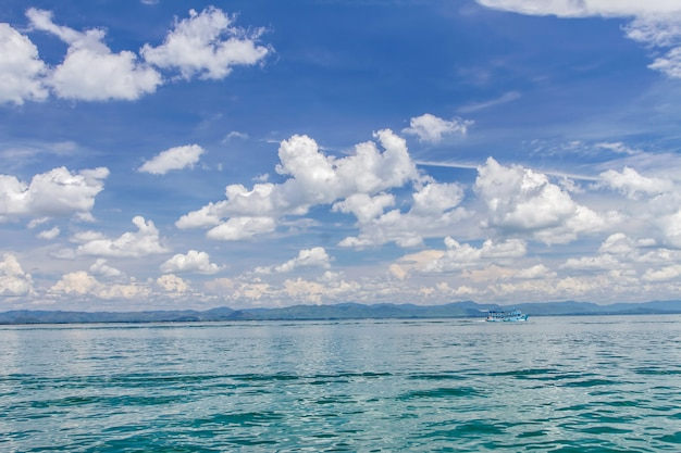 Łódź na morzu i niebieskim niebie