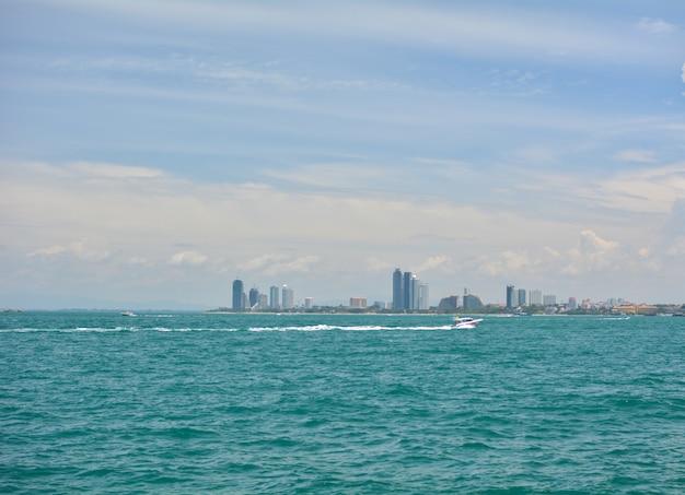 Łódź na morzu z pejzaż miejski