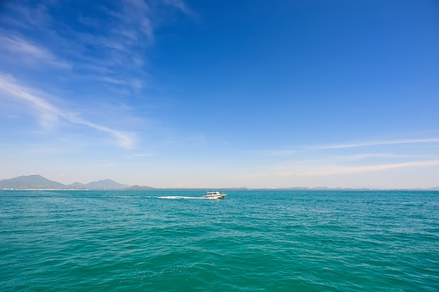 Łódź na morzu
