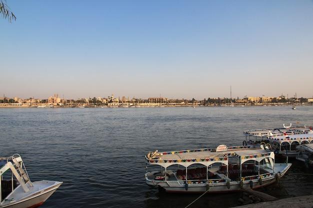 Łódź na nil rzece w luxor mieście, egipt