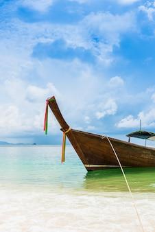 Łódź na pięknej plaży
