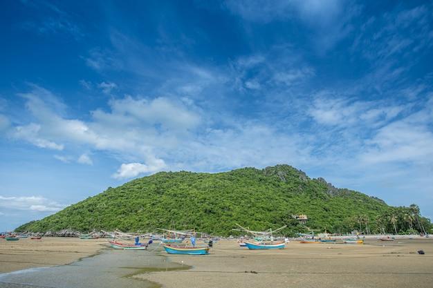 Łódź na plaży i niebieskim niebie