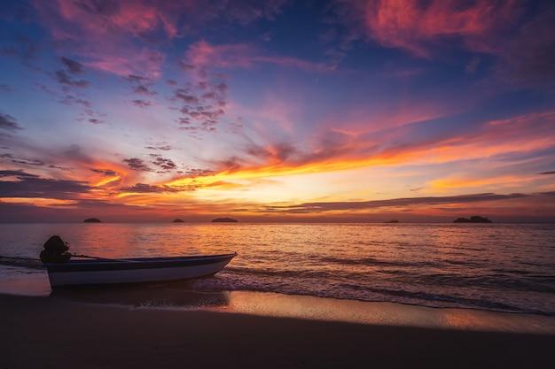 Łódź na plaży o zachodzie słońca w koh chang, trad, tajlandia