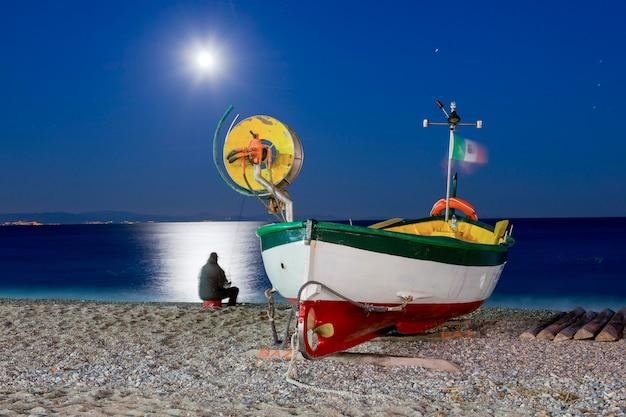 Łódź na plaży w noli