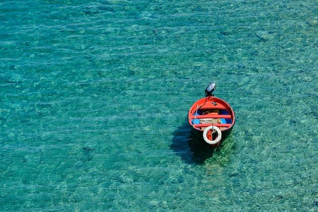 Łódź na przejrzystym morzu
