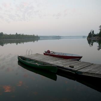 Łódź na przystań w lake of woods, ontario