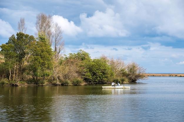 Łódź na rzece kaparchina jezioro paliastomi poti gruzja