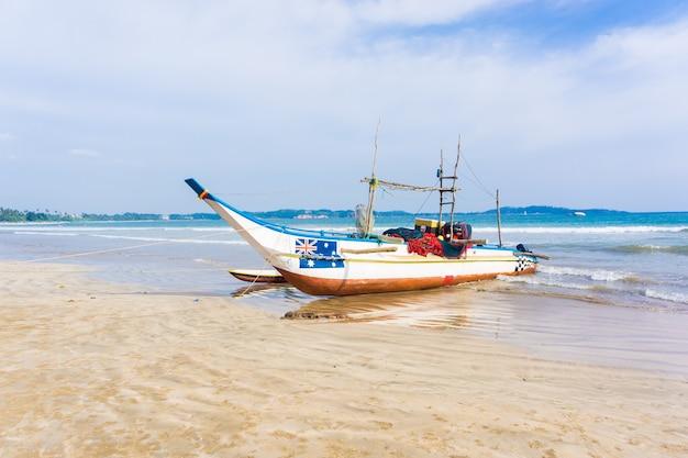 Łódź na słonecznym brzegu morza