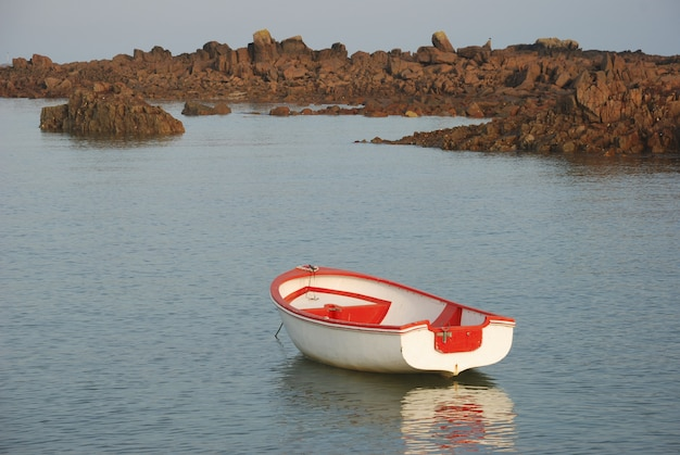 Łódź na spokojnym morzu